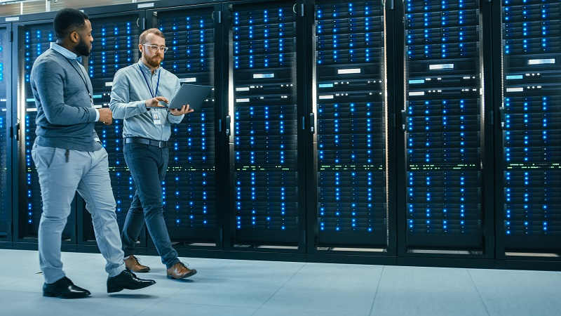 CTO and IT Manager discussing cloud migration in a data center